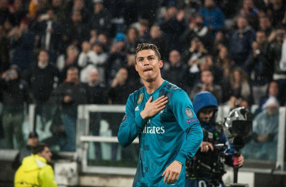 Cristiano Ronaldo tänamas Torino publikut.