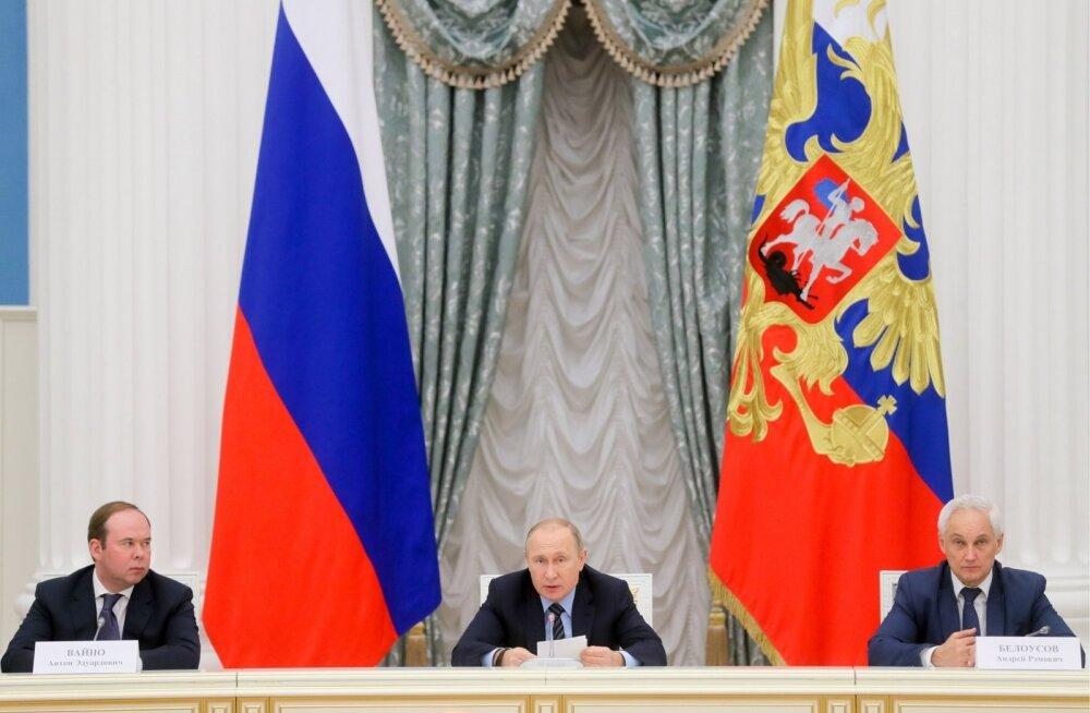 Venemaa president Vladimir Putin (keskel), tema personaliülem Anton Vaino (vasakul) ja abi Andrei Belousov Kremlis riigi äriesindajatega kohtumas.