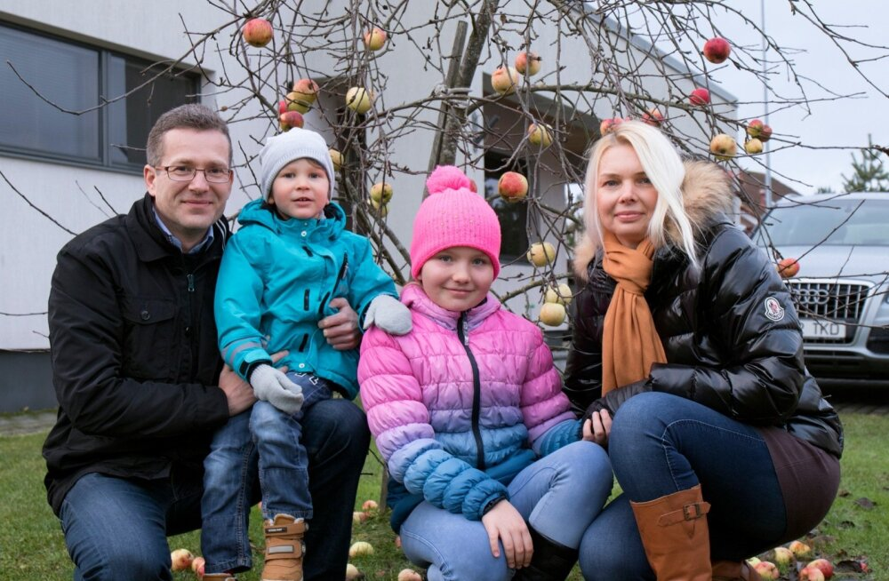 """Margus Muld koos elukaaslase Triinu ning laste Markuse ja Kirstin-Liisiga aastalõpul oma koduaias. """"Marguse tugevuseks on hea huumorimeel, millega hoiab ka kodust elu üleval,"""" ütleb Triin Kink."""