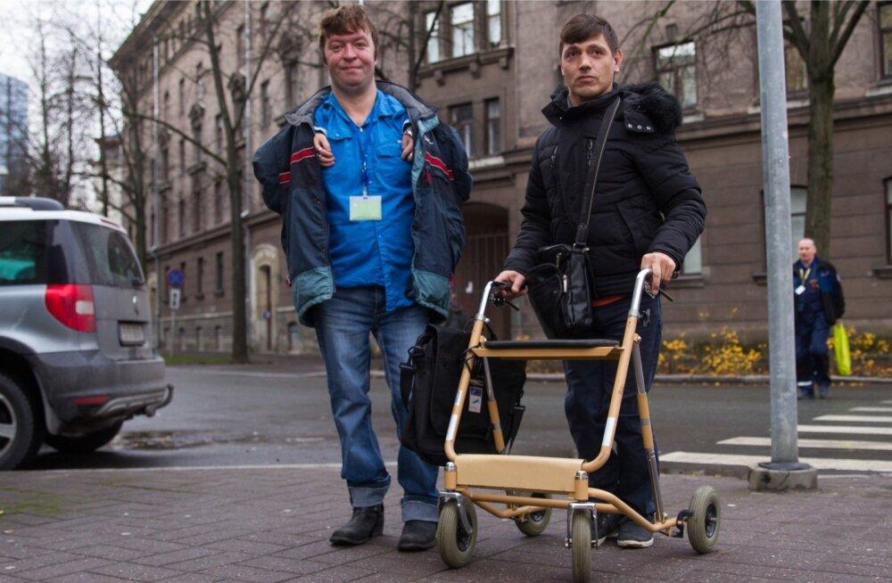 Lastekodust pärit noormehed Janek Muru (paremal), kes teeb nüüd vaimupuudega inimeste ajakirja Vaimupuu, ja EIT Tugiliisu tegevusjuhendaja assistent Vjatšeslav Zagorski on MTÜ Abikäsi juhtides pettunud.
