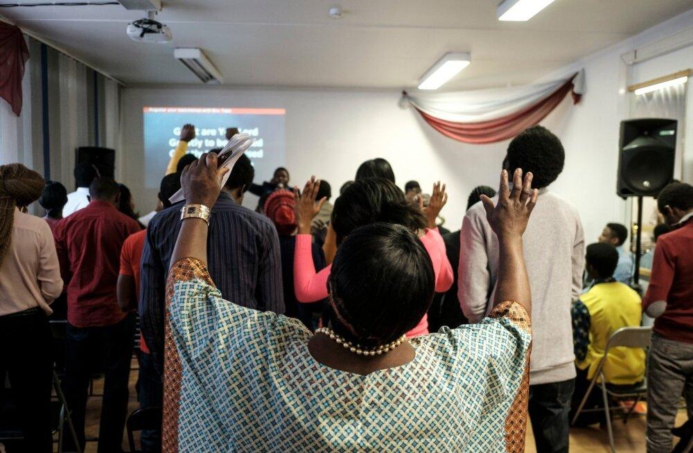 Nigeerlaste koguduse teenistus paistis muu hulgas silma tantsimise ja kirjude riiete poolest.