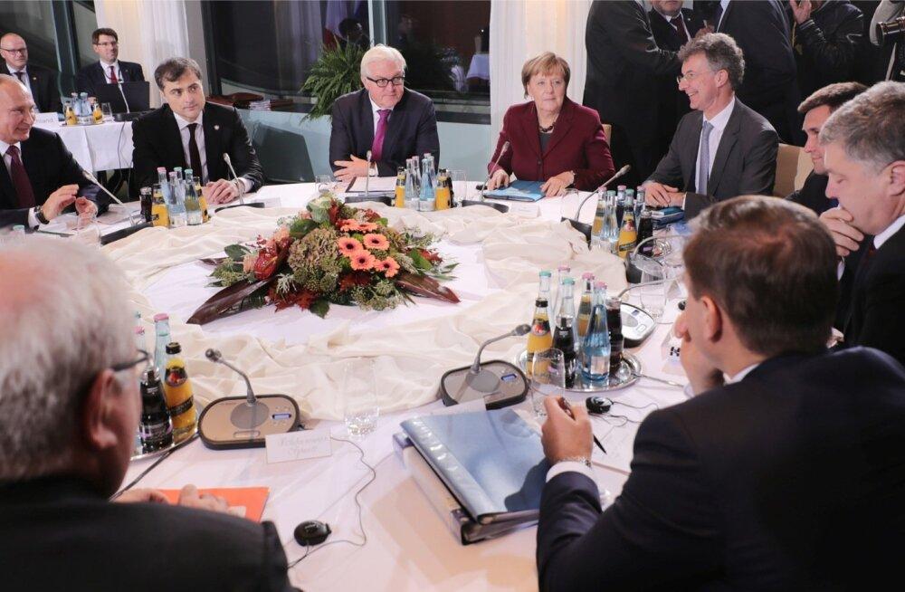 Kõnelustel Berliinis istus sissesõidukeeluga Surkov (vasakult teine) otse Putini ja Saksa välisministri Frank-Walter Steinmeieri vahel.