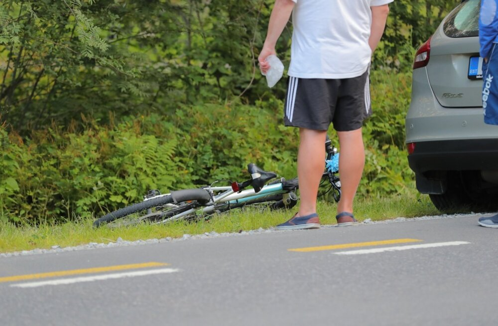ФОТО: В Лауласмаа велосипедист попал под машину