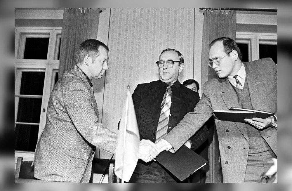 53. ENSV KGB likvideerimise lõppakti allakirjutamine 18. detsembril 1991. Vasakult: Rein Sillar, kindralmajor Vjatšeslav Šironin ja Eesti Vabariigi riigiminister Raivo Vare.