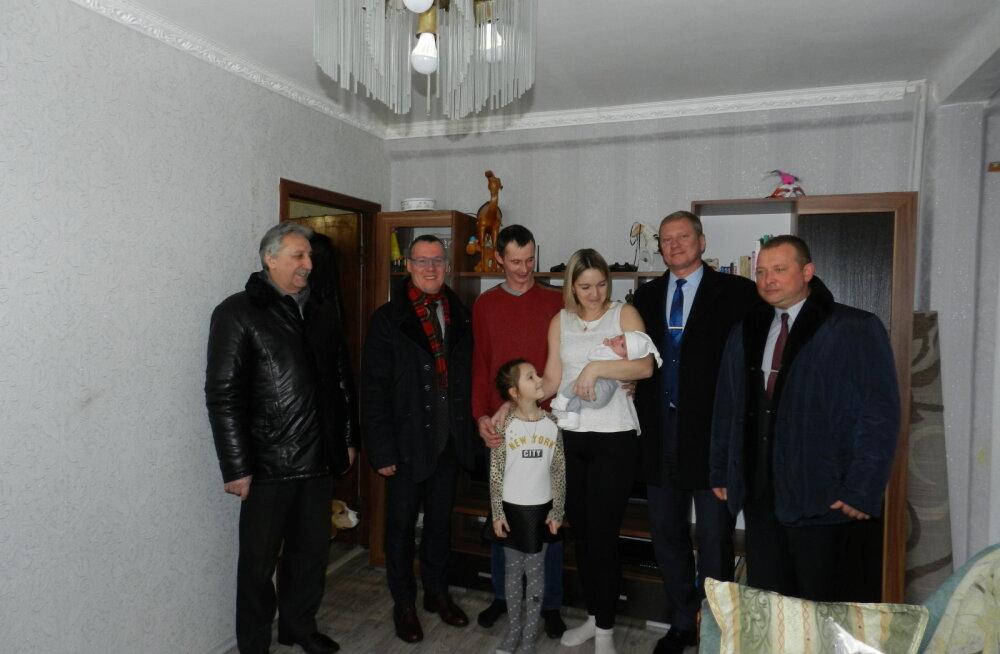Руководители Нарвы и Ивангорода поздравили двух первых ивангородских новорожденных 2018 года