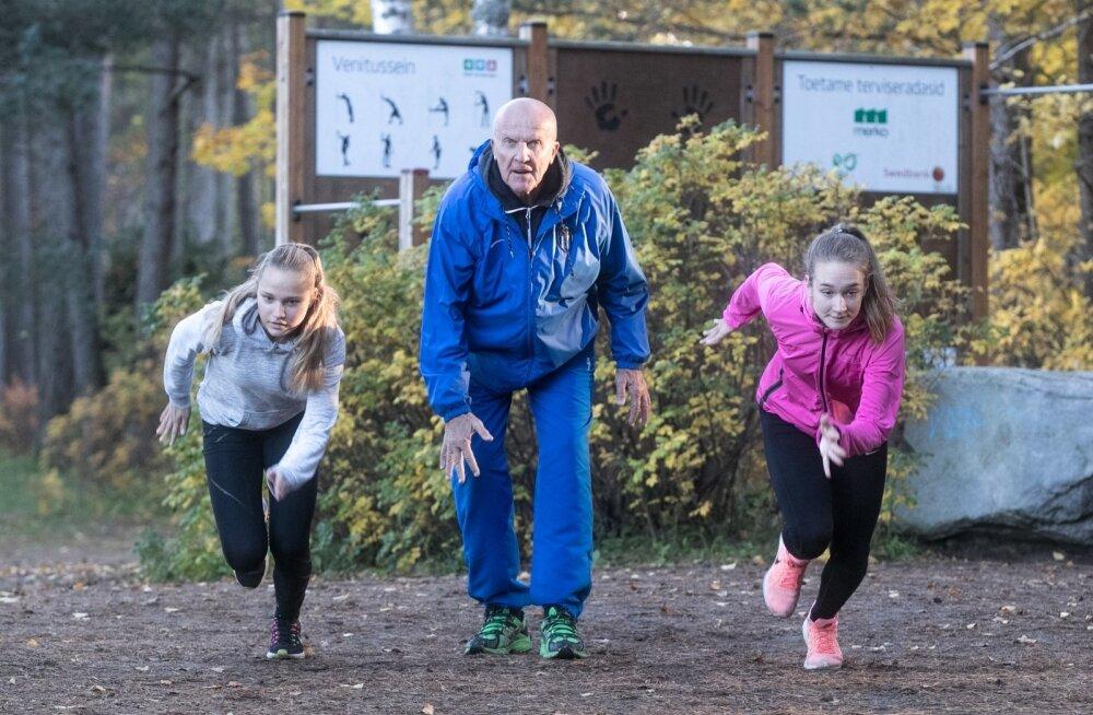 Suurest vanusevahest hoolimata saab Tõnu Lepik noortega väga hästi läbi. Pildil on vanameistri kõrval Lisbeth Verk (vasakul) ja Anette Alapert.