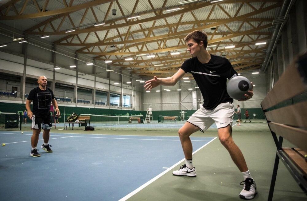 Federico Ricci (vasakul) valmistab Kenneth Raisma keha ja vaimu ette kõrgetasemeliseks tennisemänguks.