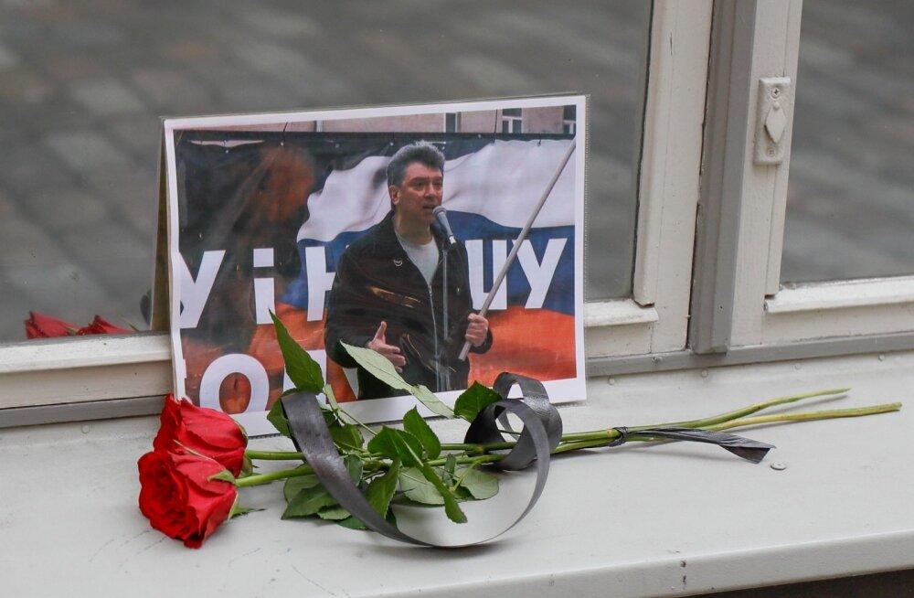 Nemtsovi mälestuseks toodi lill Vene saatkonna juurde