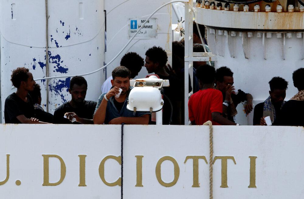 VIDEO | Itaalia ei luba sajal põgenikul abilaevalt maale tulla, pannes Euroopa Liidu keerulisse olukorda