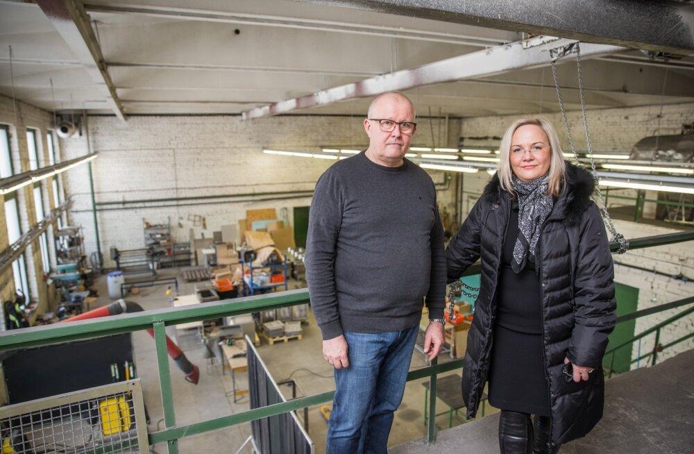 Kagu-Eesti Innovatsioonikeskuse tegevjuht Anita Hoole ja keskuse rendipinnal kümblustünnide ahjusid tootva Aluweldi OÜ juhataja Rait Raudmäe.