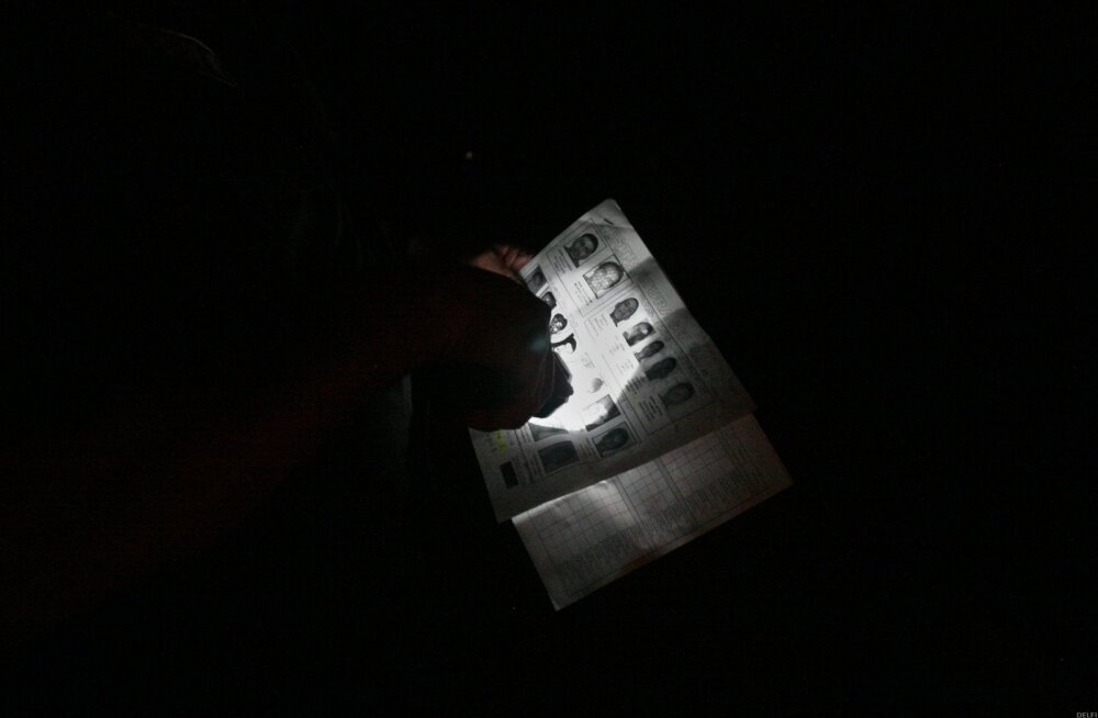 Taskulambiga pimeduses. Just nii kujutatakse spioone filmides. Pärislelus on kõik palju proosalisem.