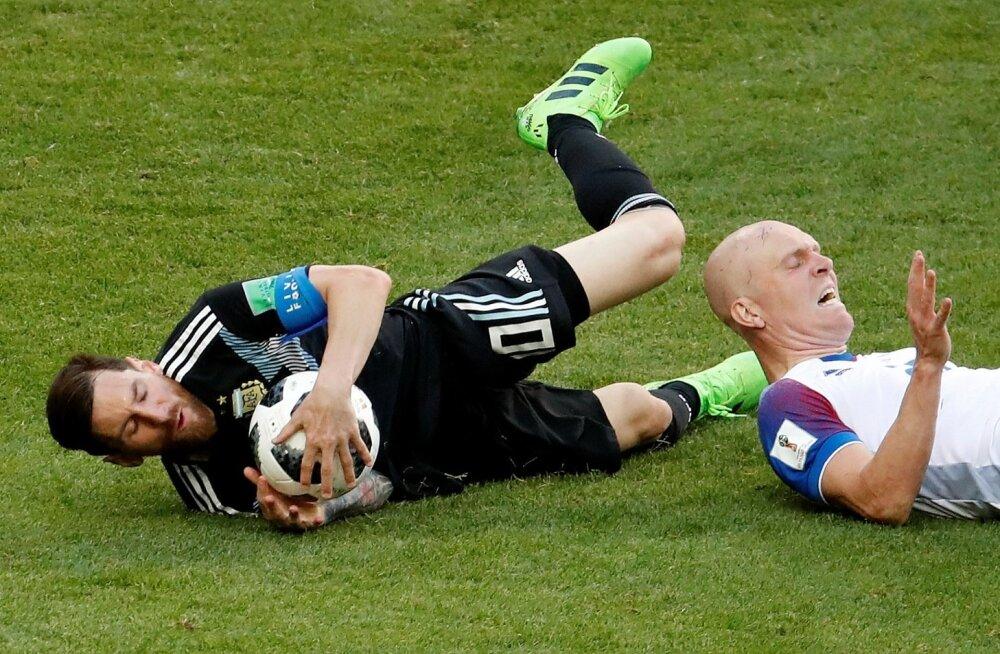 Lionel Messi on palli kinni püüdnud ja pannud kohtuniku sundolukorda: tuleb vilistada.