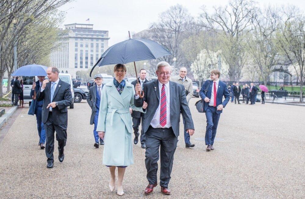 Nii Valge Maja oma vihmavarjust ilma jäigi: Eesti suursaadik Lauri Lepik sammub vihmavarju ja president Kersti Kaljulaidiga USA kaubanduskoja poole.