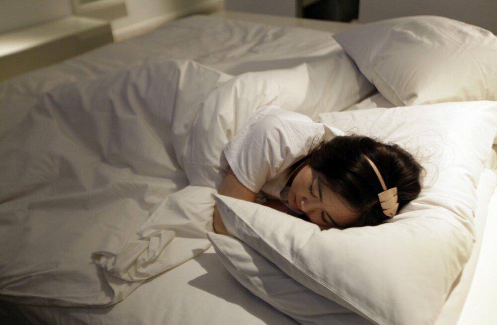 Kui tihti tuleks voodilinad puhaste vastu välja vahetada? Mikrobioloog annab nõu