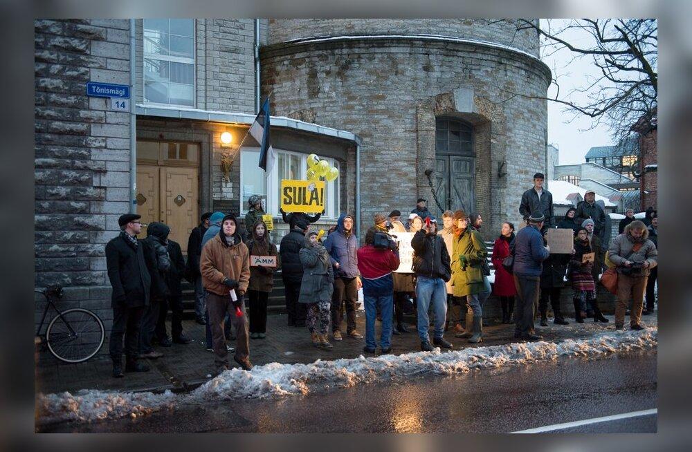 """VIDEO ja FOTOD: Meeleavaldajad toimetasid Reformierakonna kontori juurde mitu """"ämma"""""""