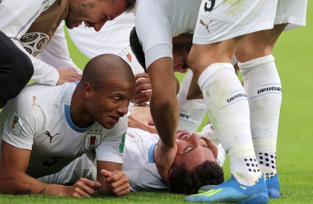 Uruguay võiduvärava löönud Jose Maria Gimenez kaaslastelt õnnitlusi vastu võtmas.