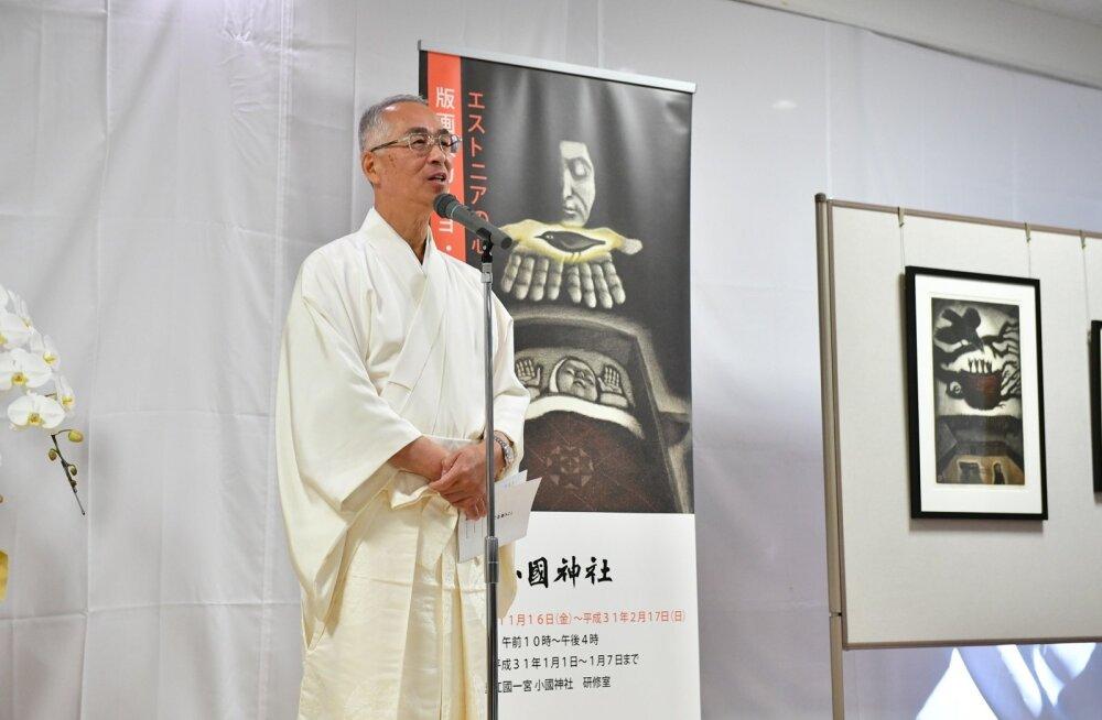 """Peapreester Fumihiro Uchidale avaldavad Kaljo Põllu tööd muljet, iseäranis aga näituse plakatile valitud """"Unelind"""" aastast 1983."""