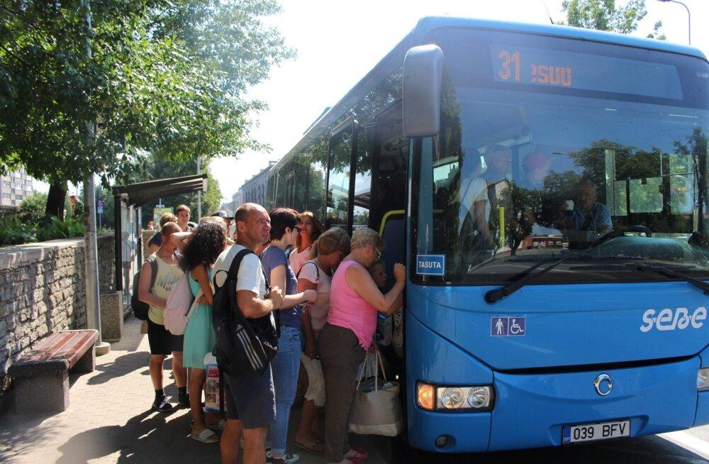 Narva ja Narva-Jõesuu liinil ei mahu paljud sõitjad bussidesse.