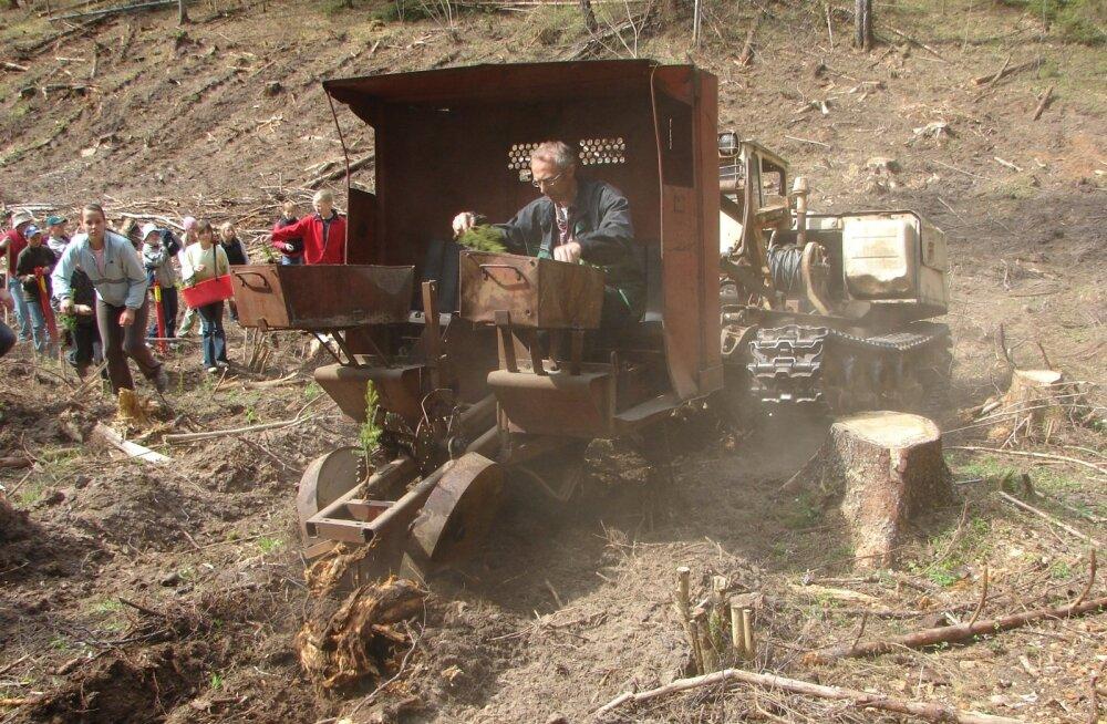 Sellist arhailisevõitu istutusmasinat pole töötamas näinud kõik metsamehedki, saati siis veel tavainimesed.