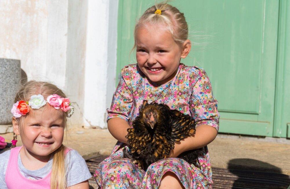 Fotomodellist kana ja vasakult Lisete Toomel ja Lola-Liis Naan.