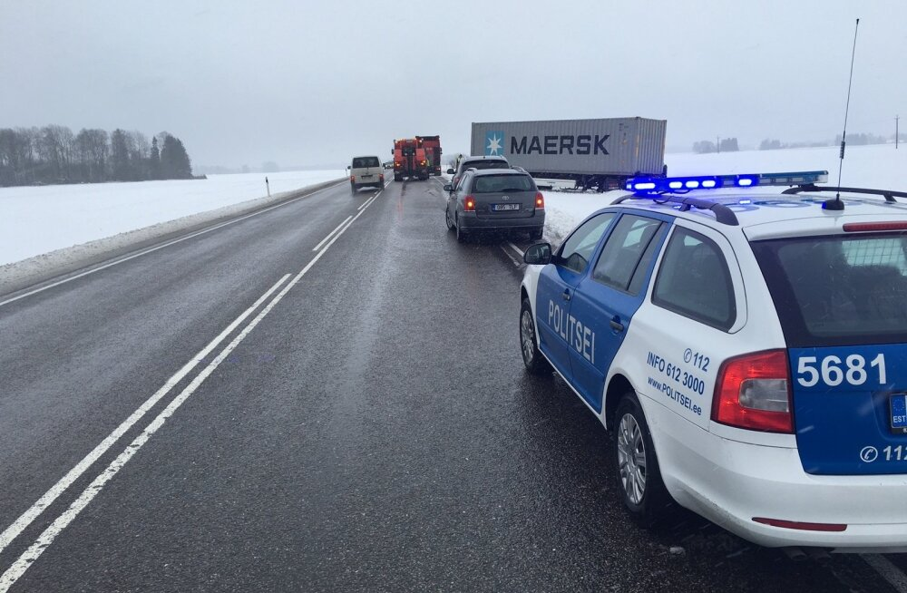 Tallinna-Tartu maanteel sõitis veok teelt välja