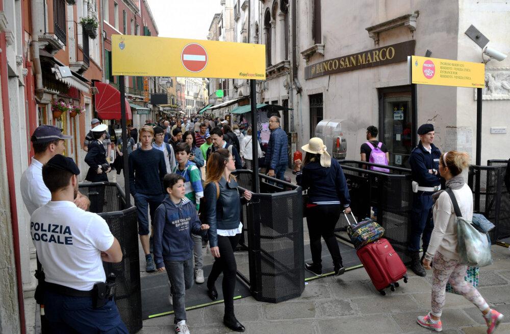 В Венеции установили специальные турникеты для ограничения числа туристов