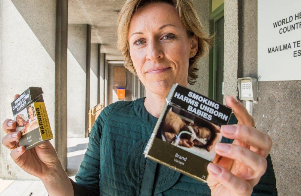 WHO tubakaekspert Kristina Mauer-Stender näitab Austraalias kasutusel olevaid sigaretipakke, kus brändinimi on väga väikeselt ja kokku pakk on kaetud hoiatavate sõnumitega.