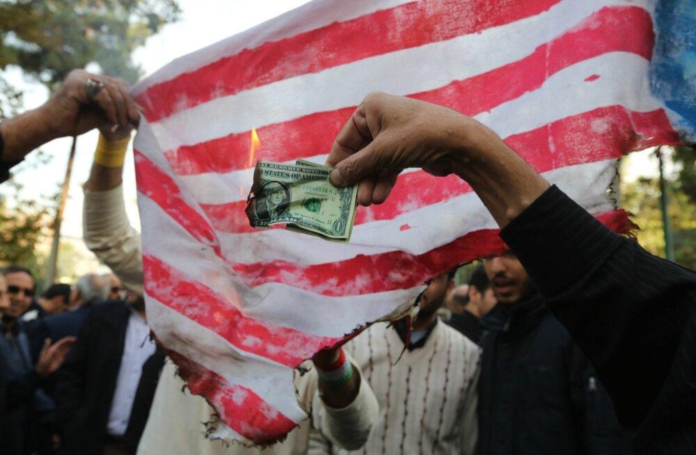 USA otsuse peale tulivihased protestijad põletasid eile Teheranis kunagise USA saatkonna ees dollareid ja ise tehtud riigilippu.