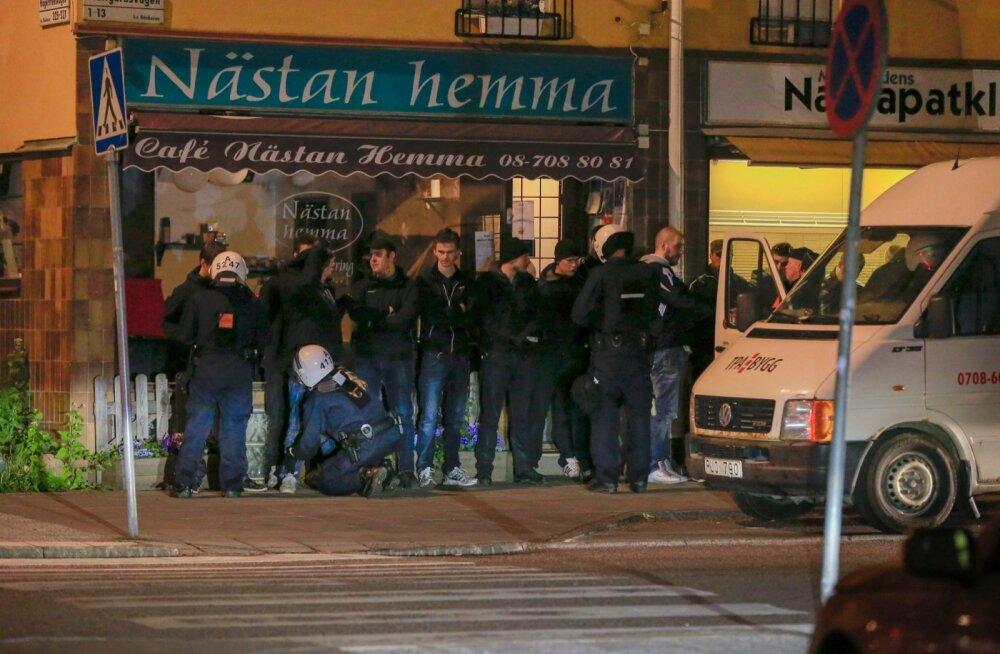 Rootsi politsei uurib varjupaigataotlejate meeleavalduse loopimist ilutulestikuvahenditega, kinni peeti paremäärmuslasi