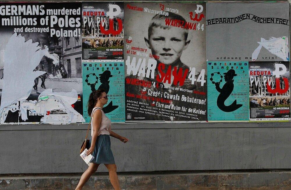 Vasakpoolne plakat teatab Poola pealinnas Varssavis, et sakslased tapsid miljoneid poolakaid.