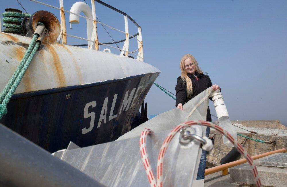 Kati Lind rullis uurimislaeva Salme ees lahti kolmemeetrise ülitiheda silmusega võrgu, millega ta merepinnalt mikroprügi proove võtab.