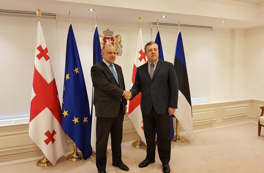 Kaitseminister Jüri Luik (vasakul) kohtus Tbilisis Georgia peaminister Giorgi Kvirikashviliga