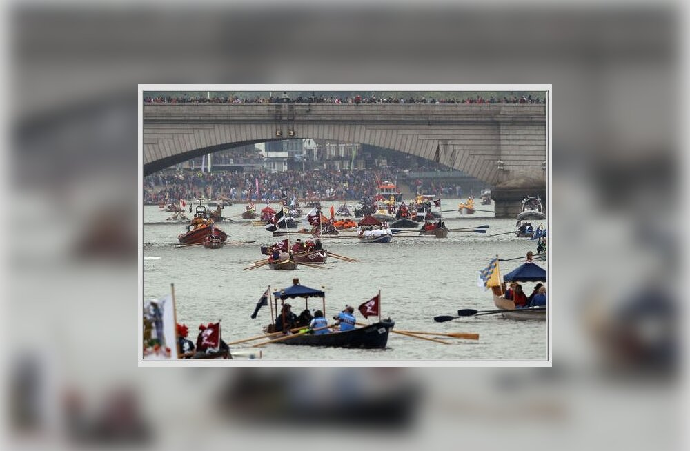 FOTOD: London on sini-puna-valge ja Thamesi katavad tuhat paati