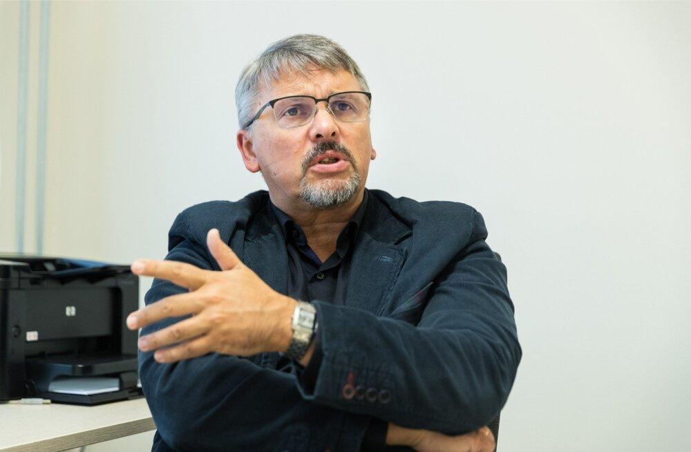 Eesti psühhiaatrite seltsi juht Andres Lehtmets ütleb, et meedikute ohutuse huvides peab riik ohtlike sundravipatsientide jaoks looma teistsugused tingimused, kui on praegu Viljandi haiglas.
