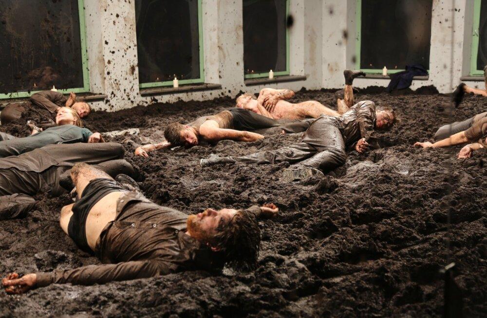 """Lõpp. Teatri viimane etendus on detsembrikuu lõpus Moskvas lavale jõudev """"Kõnts"""". Festivalidel auhinnatud lavastust Eestis enam ei näe, siin pakutakse viimaseks palaks """"Kihnu Jõnni""""."""
