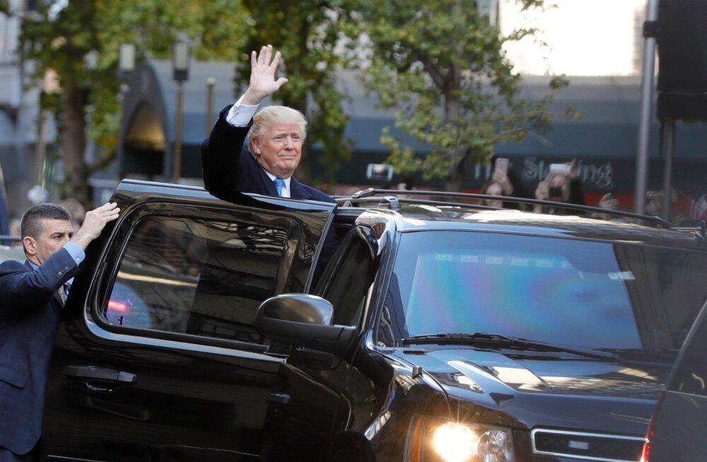 8. november 2016, USA presidendi valimise päev. Pärast mitmetunnist ootamist ta siiski tuli! Andres klõpsis fotosid ja järgmise päeva Eesti Päevalehe esikülje jaoks oli kaamerale lehvitava Trumpi foto olemas.