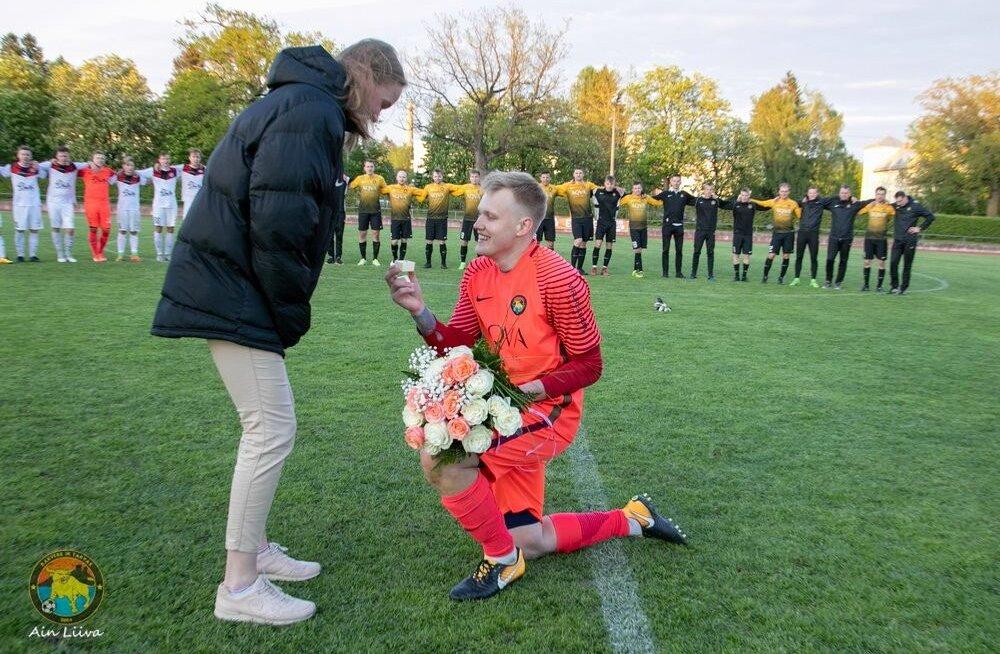 FOTO | Eesti jalgpalliliiga mängul tehti abieluettepanek