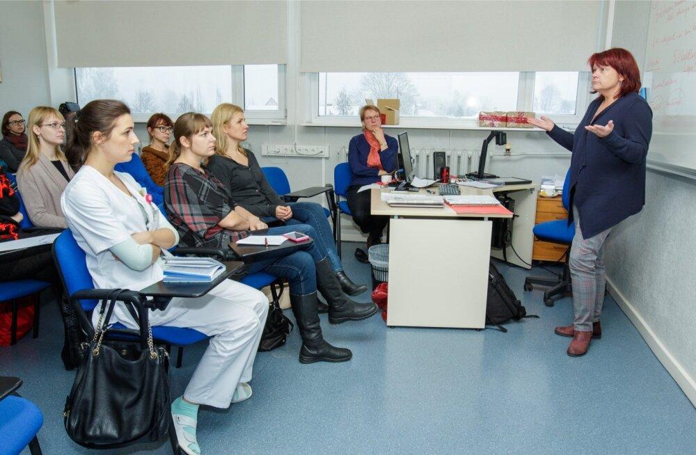 Reedel toimus Tartu ülikooli kiinikumis järjekordne naistearstide koolitus selle kohta, kuidas seksuaalvägivalla ohvrit vastu võtta. Juhiseid annab dr Made Laanpere.