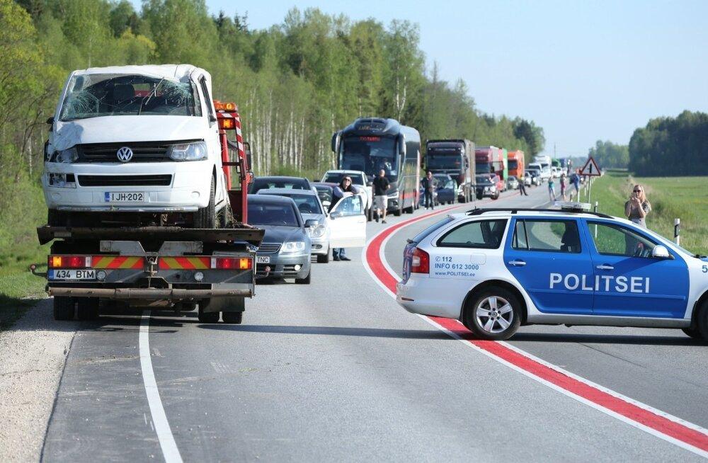ФОТО: В столкновении трех авто в Ярвамаа пострадали четыре человека: авария привела к гигантским пробкам