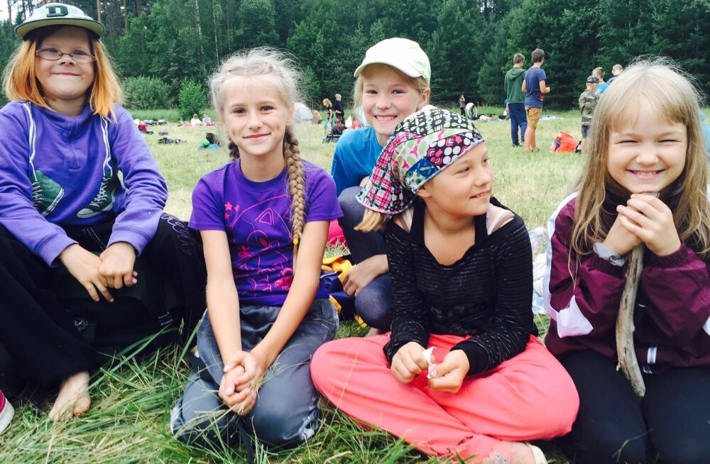 Lõbusad laagrilised: Risamna, Keili, Alice, Birgit ja Marta.