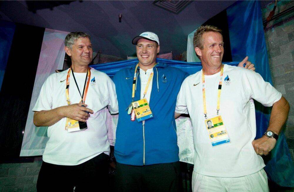 Gerd Kanter pärast olümpiakulla võitmist Pekingis koos Raul Rebase ja treener Vésteinn Hafsteinssoniga