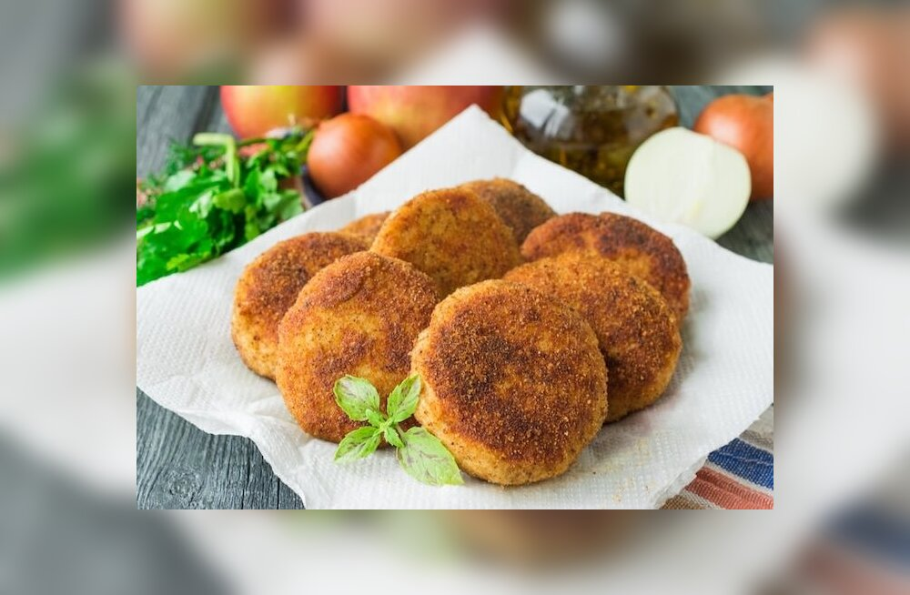 Рецепт: котлеты из куриного филе с манкой и яблоком