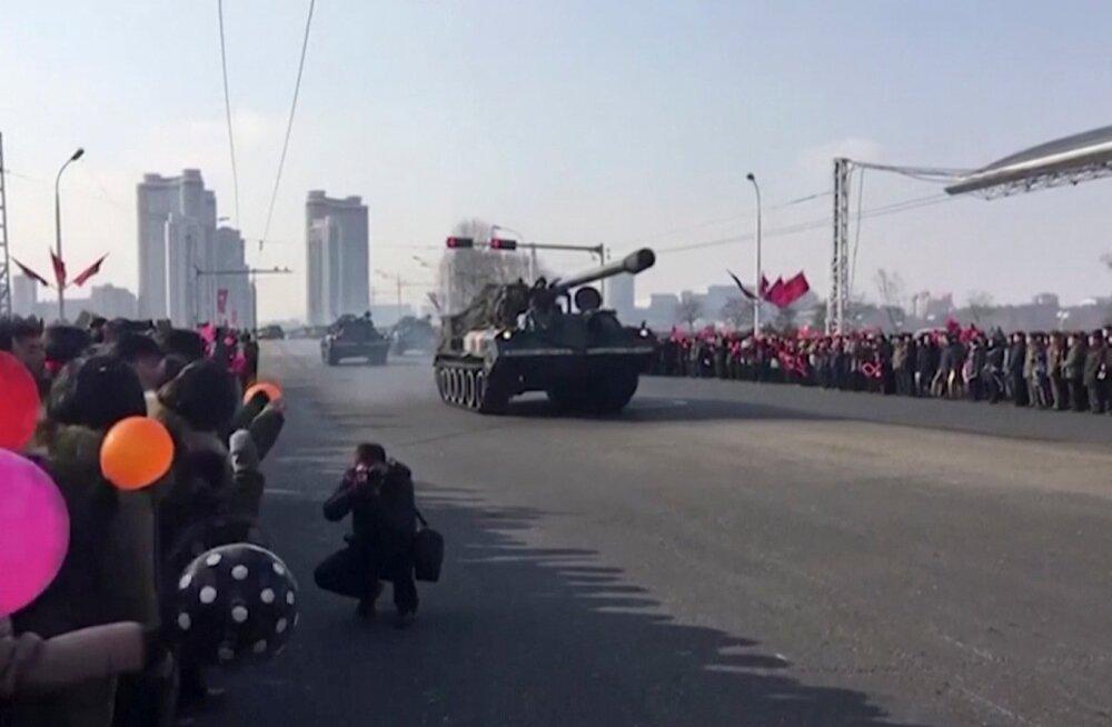 FOTOD | Pyongyangis toimus suur sõjaväeparaad, mis Kim Jong-uni sõnul märkis Põhja-Korea tõusu ülemaailmseks sõjaliseks jõuks