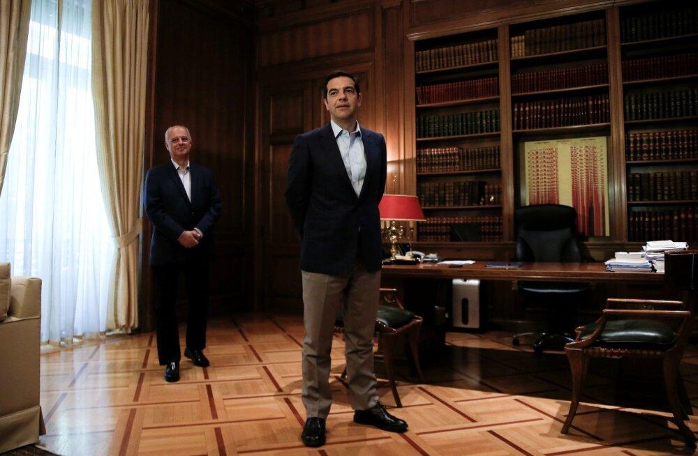 Tsipras (esiplaanil) peab võlausaldajate järelevalve alt pääsemiseks ootama veel 12 kuud. Eile Ateenat külastanud EL-i rahandusvoliniku Pierre Moscovici (tagaplaanil) sõnul liigub Kreeka õiges suunas.