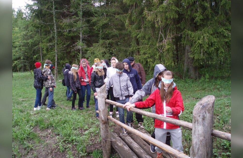 Nõmme Gümnaasiumi õpilased proovivad pimesi matkarajal liikuda. Foto: Anneli Kana