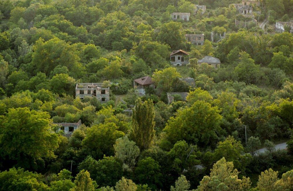 NAD EI TULE TAGASI: 90ndateni oli Lõuna-Osseetia üks piirkonna jõukamaid kante. Lisaks põhitööle oli peaaegu iga pere tegev impordi-ekspordiäris: grusiinidelt osteti kokku puuvilju, mis mägedes ei kasvanud, ning müüdi need Põhja-Osseetias Vladikavkazi tur