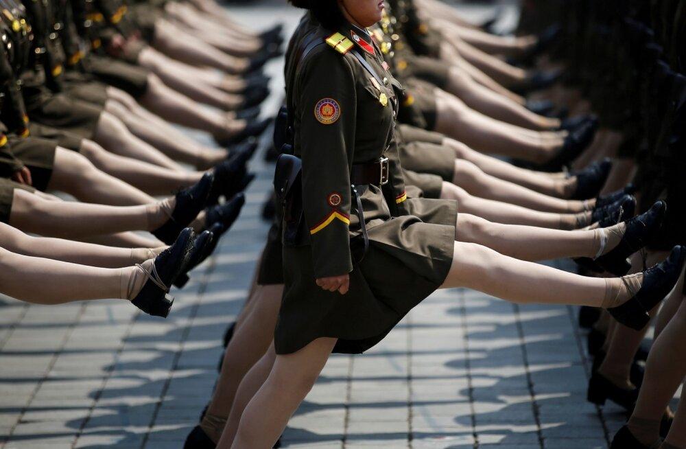 Kaks kolmandikku Põhja-Koreast põgenejatest on naised. Pildil Põhja-Korea armee marss riigi aastapäeval