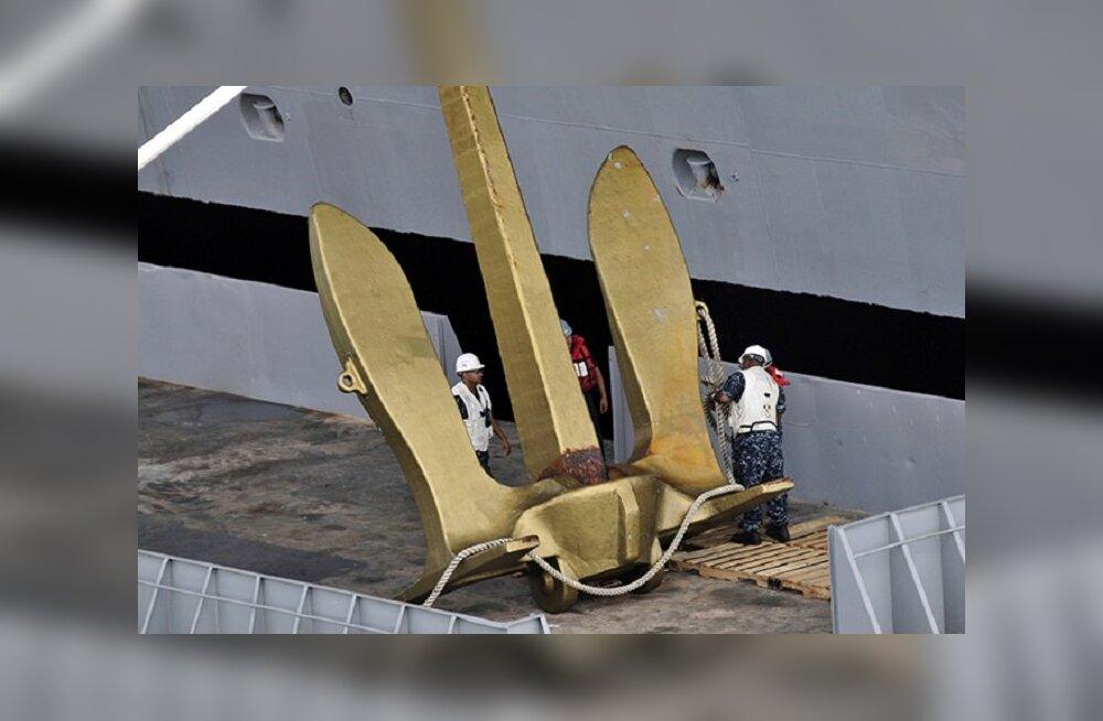 Как якорь удерживает на месте огромный корабль?