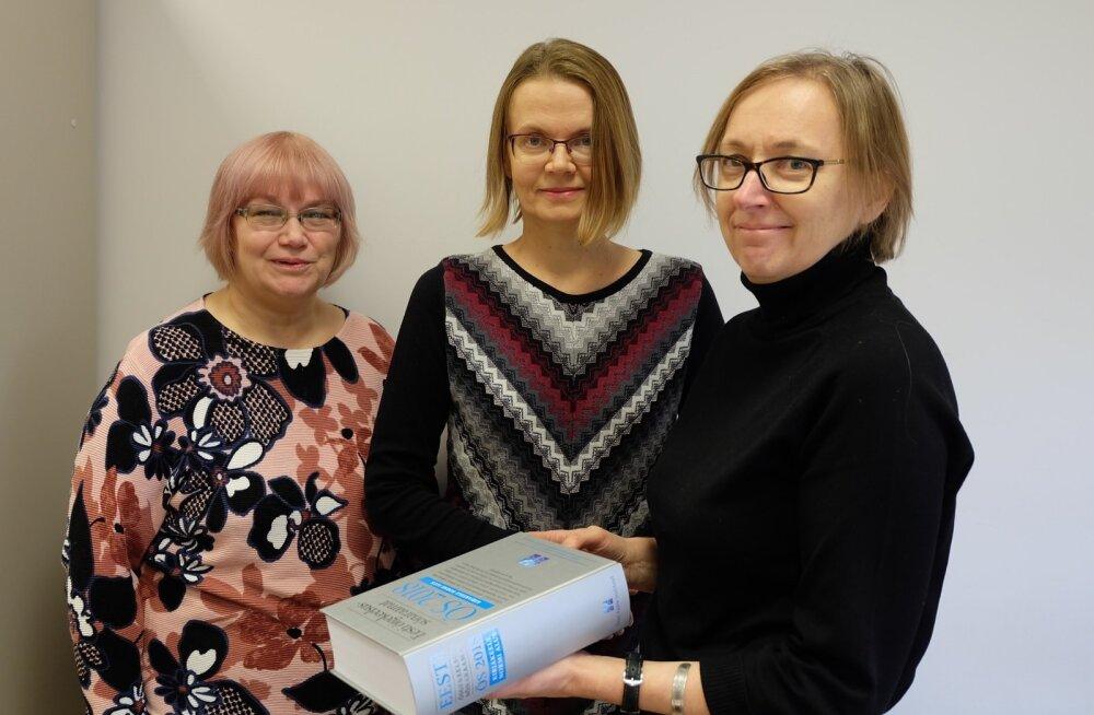 Vastilmunud ÕSi koostajad Sirje Mäearu ja Tiina Leemets ning toimetaja Maire Raadik.
