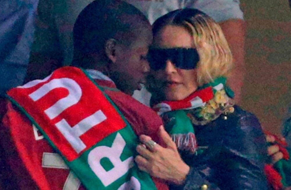 Madonna koos kasupoja David Bandaga Portugali jalgpallikoondise mängul.